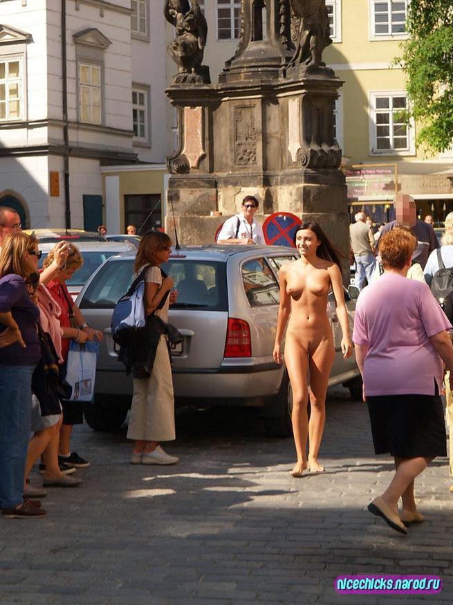 Смотреть голая на улицах праги